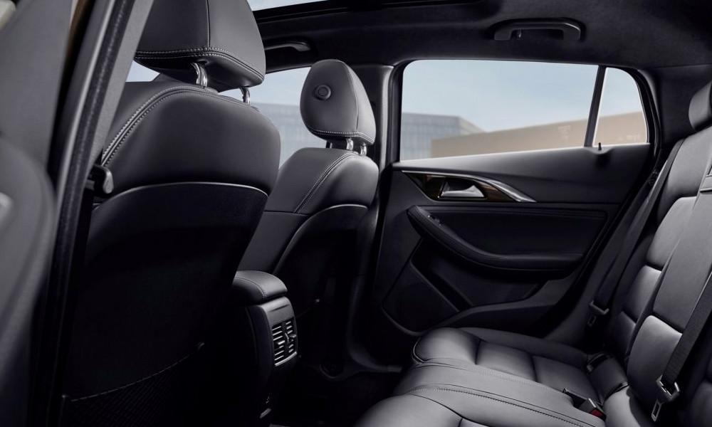Infiniti QX30 Luxe Tech wnętrze - Wypożyczalnia samochodów luksusowych Mestenza Trójmiasto Rafał Grzebin