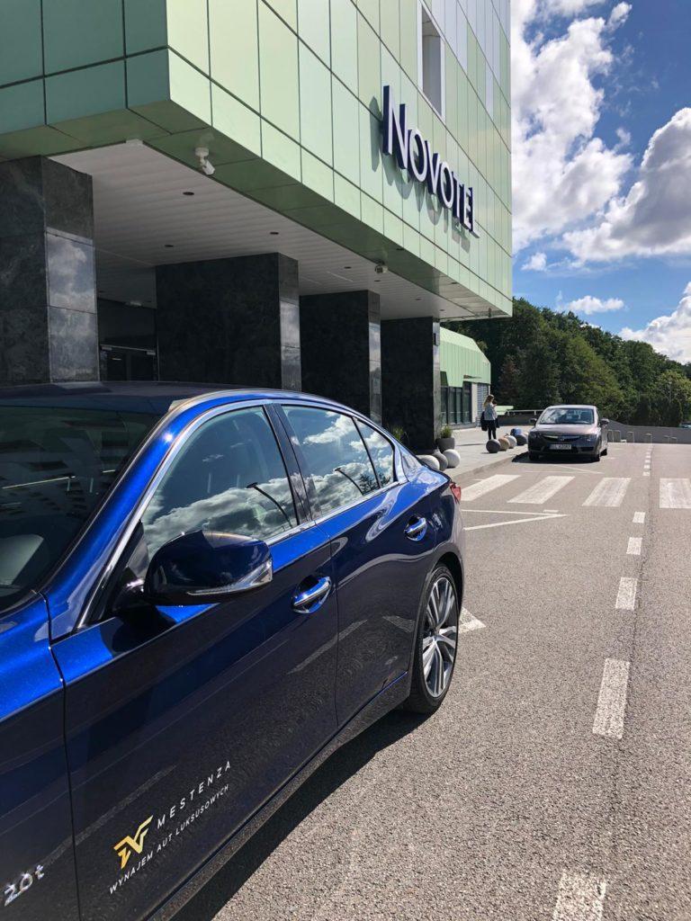 Samochód pod hotel wypożyczalnia samochodów luksusowych Mestenza Rafał Grzebin